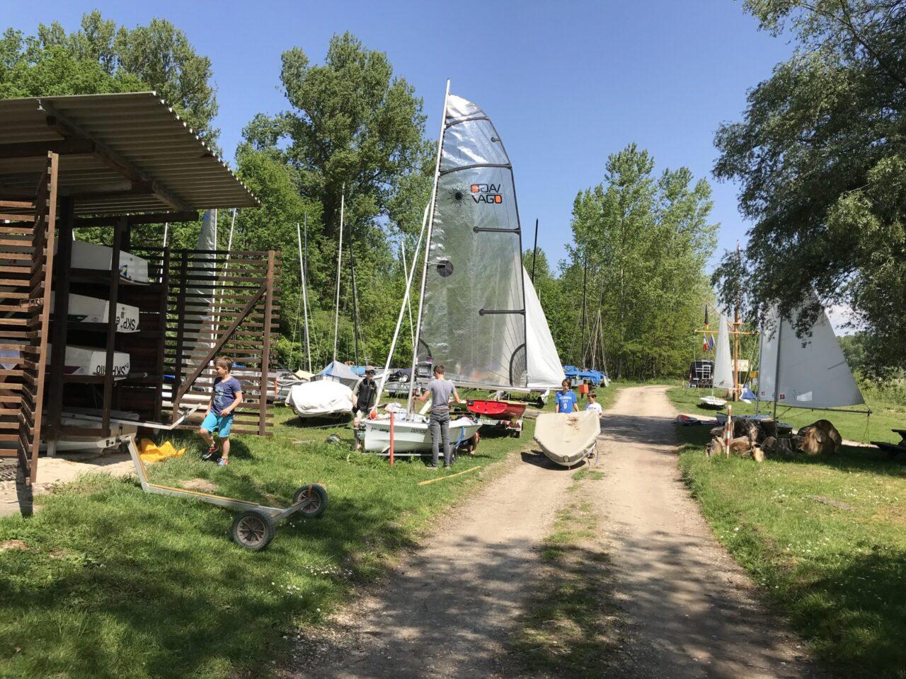 Die Vereinsjugend beim Aufbau der Boote